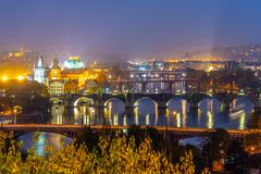 Γέφυρες της Πράγας πέρα από τον ποταμό Vltava το βράδυ, Πράγα, Δημοκρατία της Τσεχίας στοκ εικόνες με δικαίωμα ελεύθερης χρήσης