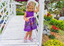 Γέλιο μικρών κοριτσιών πηγαίνει πέρα από την άσπρη γέφυρα Στοκ φωτογραφία με δικαίωμα ελεύθερης χρήσης