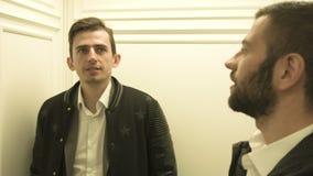 Γέλιο δύο νέων στον ανελκυστήρα απόθεμα βίντεο