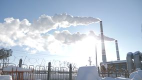Γήινα προβλήματα Καπνίζοντας καπνοδόχοι εργοστασίων Έννοια περιβαλλοντικού προβλήματος μπλε ρύπανση εργοστασίων ανασκόπησης αέρα  απόθεμα βίντεο