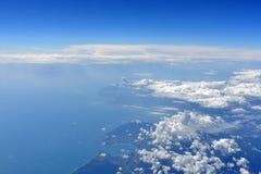 Γήινη επιφάνεια με τη θάλασσα και τα σύννεφα Στοκ Εικόνα