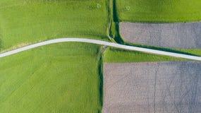 Γήινη ` s γραμμή Μια κάθετη προοπτική κηφήνων των επίγειων ` s χρωμάτων και των μορφών γεωργικά πεδία Στοκ φωτογραφία με δικαίωμα ελεύθερης χρήσης