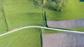 Γήινη ` s γραμμή Μια κάθετη προοπτική κηφήνων των επίγειων ` s χρωμάτων και των μορφών γεωργικά πεδία Στοκ Φωτογραφία