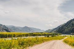Γήινος δρόμος στις τοποθετήσεις βουνών Στοκ φωτογραφίες με δικαίωμα ελεύθερης χρήσης