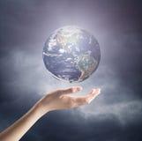 Γήινος πλανήτης εκμετάλλευσης χεριών Στοκ εικόνες με δικαίωμα ελεύθερης χρήσης