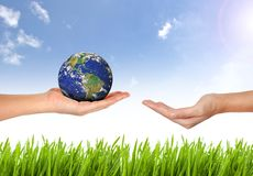 Γήινος πλανήτης το χέρι Στοκ φωτογραφία με δικαίωμα ελεύθερης χρήσης