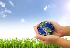 Γήινος πλανήτης το χέρι Στοκ Φωτογραφία