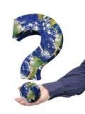 Γήινου προβλήματος χέρι ερωτηματικών που απομονώνεται μεγάλο Στοκ φωτογραφία με δικαίωμα ελεύθερης χρήσης