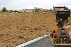 Γήινο rammer και έτοιμο χώμα για την κατασκευή ενός νέου hou Στοκ φωτογραφία με δικαίωμα ελεύθερης χρήσης
