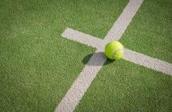 Γήπεδο και σφαίρα αντισφαίρισης κουπιών Στοκ φωτογραφία με δικαίωμα ελεύθερης χρήσης