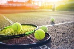 Γήπεδο και σφαίρες αντισφαίρισης στοκ εικόνα