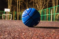γήπεδο μπάσκετ εάν απεικόνιση Καλαθοσφαίριση τη νύχτα η καλαθοσφαίριση σφαιρών ανασκόπησης απομόνωσε το λευκό Στοκ Εικόνες