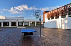 Γήπεδο μπάσκετ και επιτραπέζια αντισφαίριση στο σχολικό ναυπηγείο στοκ φωτογραφίες
