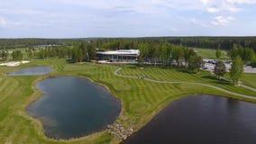 Γήπεδο του γκολφ μια ηλιόλουστη ημέρα, ένα άριστο γκολφ κλαμπ με τις λίμνες και πράσινη χλόη, άποψη από τον ουρανό στοκ εικόνες με δικαίωμα ελεύθερης χρήσης