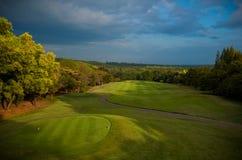 Γήπεδο του γκολφ που λούζεται στο χρυσό φως Στοκ Εικόνες