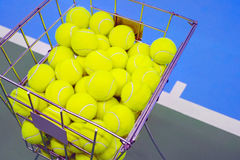 Γήπεδο αντισφαίρισης με ένα καλάθι σφαιρών Στοκ Φωτογραφίες