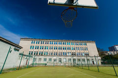 Γήπεδο μπάσκετ στο σχολείο. Στοκ φωτογραφίες με δικαίωμα ελεύθερης χρήσης