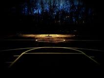 Γήπεδο μπάσκετ υπαίθρια στο λυκόφως Στοκ Φωτογραφία
