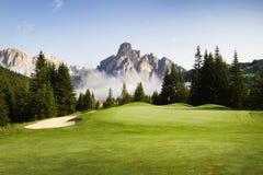 Γήπεδο του γκολφ στους ιταλικούς δολομίτες Στοκ Εικόνες