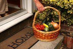 Γήρανση του χεριού που φθάνει για το φυτικό καλάθι Στοκ εικόνες με δικαίωμα ελεύθερης χρήσης