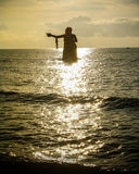 Γίγαντας γυναικών στη θάλασσα Στοκ εικόνες με δικαίωμα ελεύθερης χρήσης