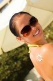 γίνοντας ήλιος ώμων suncream Στοκ Εικόνες