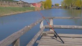 Γίνοντας ερχόμενος κάτω από το υπόλοιπο που αλιεύει στα σπίτια καλάμω απόθεμα βίντεο