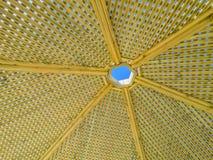 Γίνοντα άξονας ξύλο περγκολών σύγχρονου σχεδίου με το σαφές μπλε υπόβαθρο θερινού ουρανού Στοκ φωτογραφία με δικαίωμα ελεύθερης χρήσης