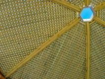 Γίνοντα άξονας ξύλο περγκολών σύγχρονου σχεδίου με το σαφές μπλε υπόβαθρο θερινού ουρανού Στοκ Φωτογραφίες