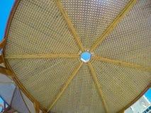 Γίνοντα άξονας ξύλο περγκολών σύγχρονου σχεδίου με το σαφές μπλε υπόβαθρο θερινού ουρανού Στοκ εικόνα με δικαίωμα ελεύθερης χρήσης