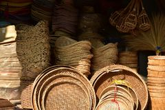 Γίνοντα κατάστημα καλαθιών Παραδοσιακή ταϊλανδική υφαμένη σύσταση αχύρου Στοκ εικόνα με δικαίωμα ελεύθερης χρήσης