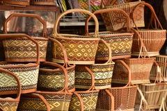 Γίνοντα κατάστημα καλαθιών Παραδοσιακή ταϊλανδική υφαμένη σύσταση αχύρου Στοκ Φωτογραφία
