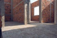 Γίνοντα τοίχος τούβλο στην οικοδόμηση κατοικημένου κτηρίου Στοκ φωτογραφία με δικαίωμα ελεύθερης χρήσης