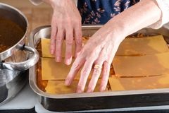 Γίνοντα lasagna Grandma κατ' οίκον έτοιμο για το Ovan Συνταγή Grandma στοκ εικόνα