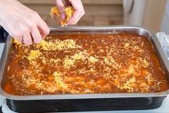 Γίνοντα lasagna Granm κατ' οίκον έτοιμο για το Ovan Συνταγή Grandma στοκ φωτογραφία με δικαίωμα ελεύθερης χρήσης