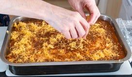 Γίνοντα lasagna Granma κατ' οίκον έτοιμο για το Ovan Συνταγή Grandma στοκ εικόνα