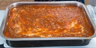 Γίνοντα lasagna Granma κατ' οίκον έτοιμο για το Ovan Συνταγή Grandma στοκ φωτογραφία με δικαίωμα ελεύθερης χρήσης