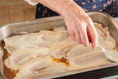 Γίνοντα lasagna Granma κατ' οίκον έτοιμο για το Ovan Συνταγή Grandma στοκ φωτογραφίες