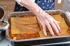 Γίνοντα lasagna Granma κατ' οίκον έτοιμο για το Ovan Συνταγή Grandma στοκ εικόνες
