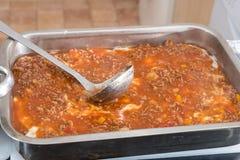 Γίνοντα lasagna Granma κατ' οίκον έτοιμο για το Ovan Συνταγή Grandma στοκ φωτογραφία