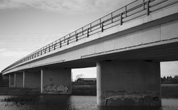 γίνοντες γέφυρα εικόνες κοντά στην πόλη της οδικής Ρωσίας rzhev Στοκ Φωτογραφία