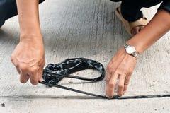 Γαλάκτωμα πίσσας χρήσης εργαζομένων για να εφαρμόσει την ένωση του δρόμου στοκ φωτογραφία