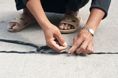 Γαλάκτωμα πίσσας χρήσης εργαζομένων για να εφαρμόσει την ένωση του δρόμου στοκ εικόνες με δικαίωμα ελεύθερης χρήσης
