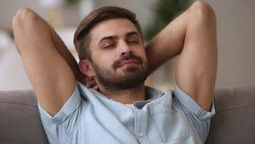 Γαλήνια ήρεμη χαλάρωση ατόμων στον καναπέ που απολαμβάνει την ειρηνική διάθεση άνεσης απόθεμα βίντεο