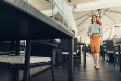 Γαλήνια όμορφη επιχειρησιακή γυναίκα που περπατά στον καφέ Στοκ φωτογραφία με δικαίωμα ελεύθερης χρήσης