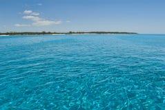 Γαλήνια ύδατα του νησιού Μπαχάμες γατών Στοκ Φωτογραφίες