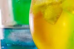 Γαλαζοπράσινα και κίτρινα ποτά Στοκ Εικόνες