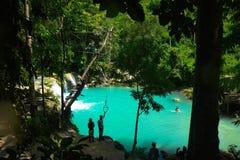 Γαλαζοπράσινα νερά των πτώσεων Cambugahay, Siquijor Στοκ Φωτογραφίες