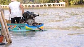 Γαλαζοπράσινη παραδοσιακή ταϊλανδική ξύλινη βάρκα μηχανών, το μήκος σε πόδηα που παρουσιάζει κίνηση της παύσης μηχανών μηχανών απόθεμα βίντεο