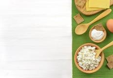 Γαλακτοκομικά προϊόντα στον άσπρο ξύλινο πίνακα Στοκ Εικόνες